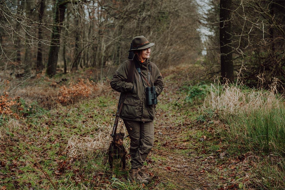 Ahnert Jagd & Waffenhandel - Foto im Wald bei der Jagd
